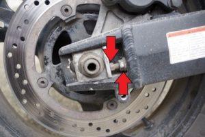 Болтове за регулиране опъна на веригата от дясната страна на вилката.