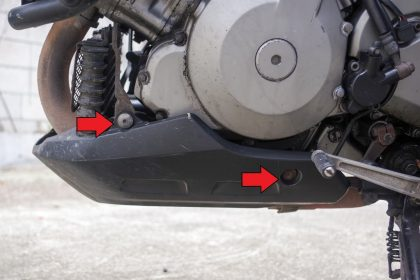 Болтове, държащи протектора под двигателя.